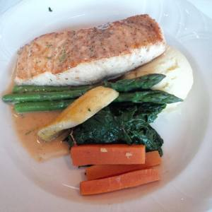Salmon with Asparagus, carrots, spinach and yellow zucchini